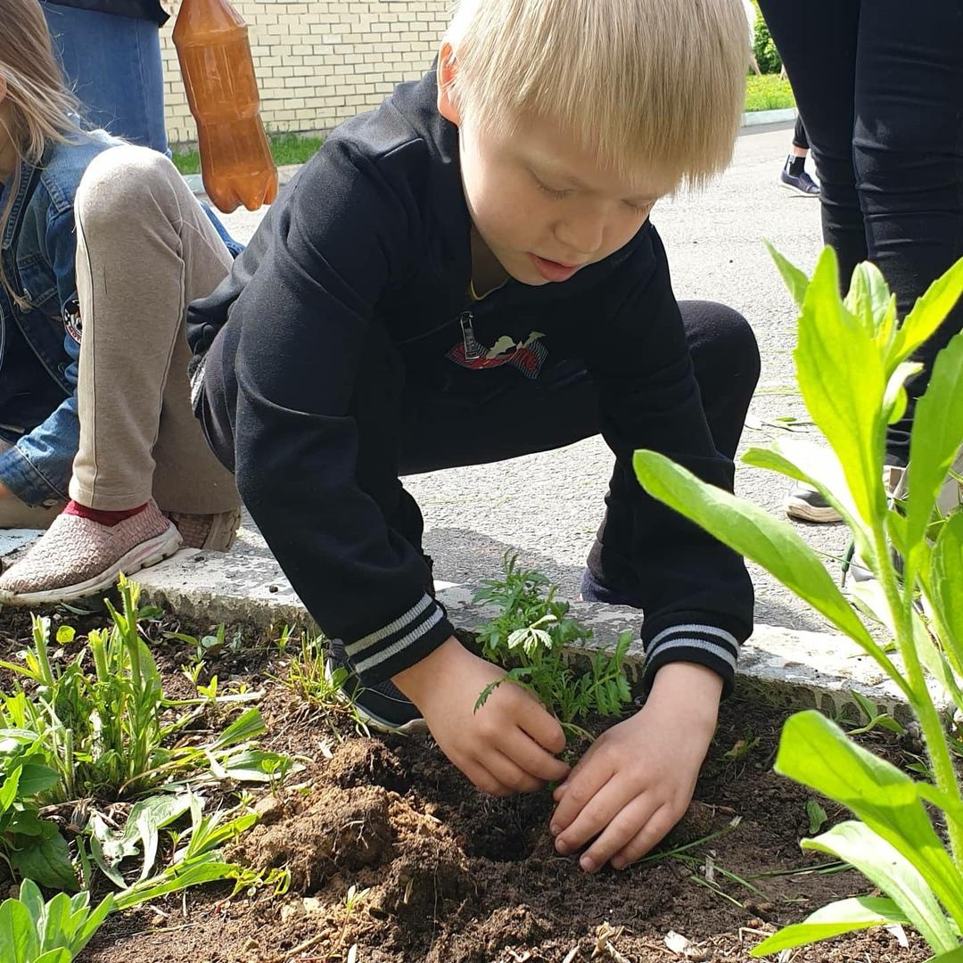 ⠀Каждый год в нашем Центре, сотрудники Центра вместе с воспитанниками стараются украсить всю территорию, чтобы она утопала в ц͟в͟е͟т͟а͟х͟🌷 ⠀ ⠀⠀На участке организуется ежедневное наблюдение за природой, во время которого дети многое узнают о жизни растений любуются красотой природы во все времена года. Яркие💫 впечатления, которые получают дети от общения с природой, надолго остаются в их памяти, способствуют формированию любви к природе, естественного интереса к окружающему миру. ⠀ ⠀⠀Дети всех возрастных групп 👫имеют возможность трудиться в цветнике. Одновременно они узнают, какие условия необходимо создать для нормальной жизни растений, приобретают необходимые навыки и умения, приучаются бережно и заботливо относиться к природе.