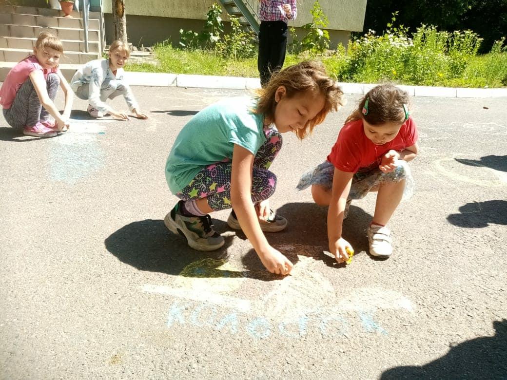 Рисование на асфальте! Сколько радости приносит это занятие детворе! 🌞Сегодня воспитатели мальчишкам и девчонкам предложили раскрыть свои художественные таланты, рисуя мелом на асфальте своих любимых сказочных героев. Посмотрите, что получилось!
