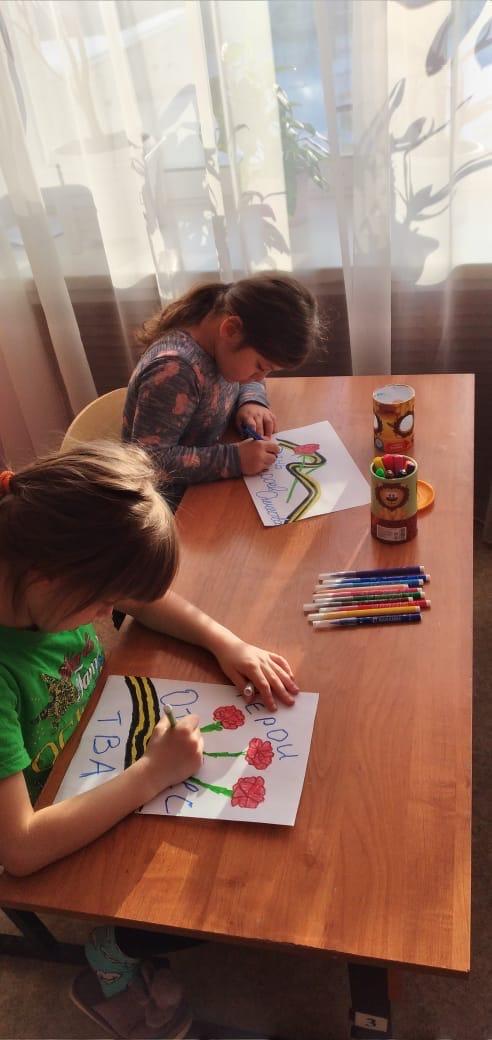 Продолжаем цикл занятий посвящённый Дню Героев Отечества... Сегодня дети готовились к конкурсу рисунков...