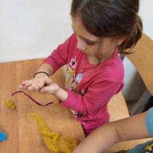Фелтинг – очень увлекательный творческий процесс. Из валяной шерсти можно создавать все что угодно: модные украшения, сумки, уютные предметы одежды и интерьера, очаровательные игрушки, а также удивительные узоры на шелке, хлопке, шифоне и других тканях. Для того, чтобы освоить этот вид рукоделия, не требуется специальной подготовки: только разноцветная шерсть, несколько инструментов и немного терпения. Спасибо за интересный и увлекательный МК @delay_dobro_vmeste